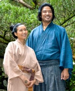 (右から)奄美編の見所などを語った鈴木さんと二階堂さん=14日、奄美市