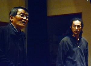 リハーサルを行う永田団長と中山さん(左から)=3日、龍郷町