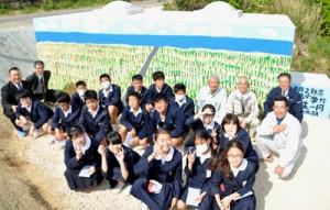 知名小の6年生が畑かん施設(水圧弁室)の壁を活用して制作した壁面アート=15日、知名町