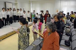 伸びやかな歌声で被災地に思いを寄せるピアノイベントの参加者=11日、奄美市名瀬
