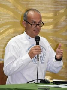 ガラパゴス諸島の世界自然遺産登録後の課題について講演したアルトゥロ・イスリエータ氏