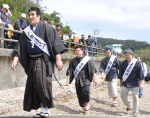 西郷が上陸した場面を住民らが再現した記念祭=4日、龍郷町
