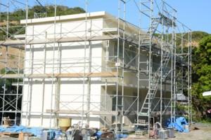 旧県立大島工業高校敷地内で整備が進むノネコの一時収容施設=28日、奄美市名瀬