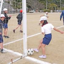 児童生徒13人中6人が留学生の久賀小中学校。子どもたちの笑い声が響き、地域を元気づけている=1月31日、長崎県五島市の久賀島