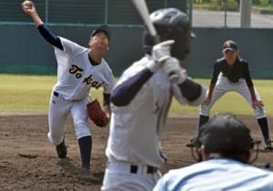 練習試合で交流を深めた東海大学付属札幌高と奄美高の練習試合=31日、名瀬運動公園市民球場