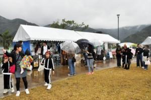 家族連れなど多くの人々でにぎわった結ノ島CAMPの会場=3日、奄美市住用町の内海公園自由広場