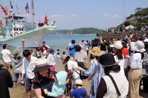 餅投げなどで盛り上がったカツオ祭り=29日、瀬戸内町芝