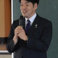 西郷隆盛のひ孫隆夫さん=20日、古仁屋小学校