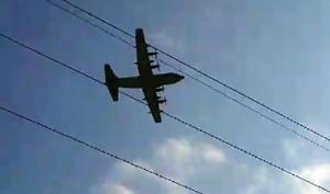 奄美市名瀬朝戸地区上空を低空飛行する米軍機=3月27日(児玉拓さん撮影の動画から)