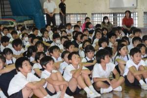 西郷隆盛のひ孫隆夫さんの講演を聞く児童ら=20日、古仁屋小学校