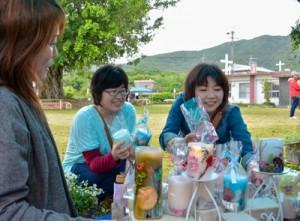 花の苗や手作りの小物など13ブースが出店した「教会ブーケ」=15日、龍郷町の赤尾木教会