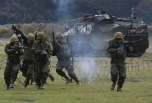 模擬訓練で小銃を手に進む団員=7日、長崎県佐世保市の陸自相浦駐屯地