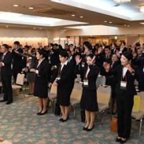 15事業所から64人が参加した奄美市合同入社式=2日、奄美市名瀬のホテル