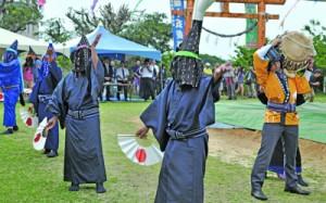 二番組による扇踊り「一度いふて」=30日、与論町の地主神社
