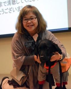 特別講演したNPO法人MAMIEの安藤理事長と聴導犬のアーミ=22日、奄美市名瀬