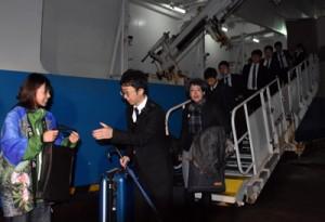 就航第1便で屋久島に降り立つ奄美からの乗船客=3月5日、宮之浦港