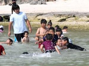 元気いっぱいに海水浴を楽しむ子どもたち=29日、伊仙町伊仙
