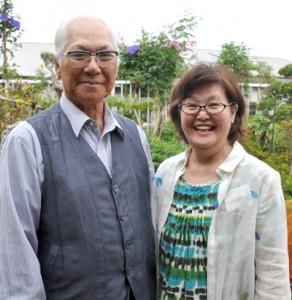 50年ぶりの再会を喜ぶ大磯さん(右)と上野さん=24日、知名町正名