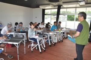 西村教授(右)の講義でエコツアーガイドの役割などを学んだ第1回研修=14日、知名町