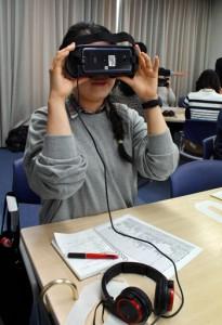 VR体験装置を使って疑似体験する参加者=3月31日、鹿児島市