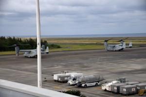緊急着陸した米軍普天間基地所属のオスプレイ2機=25日午後5時半ごろ、奄美市笠利町の奄美空港(読者提供)
