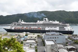 名瀬に初寄港した「フォーレンダム」=13日、奄美市名瀬港観光船バース