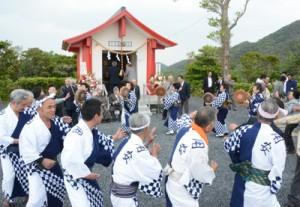 八月踊りで神社再建を祝う地域住民ら=7日、奄美市笠利町用安