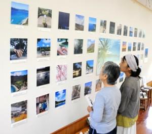 加計呂麻島の日常風景などを紹介しているKakeroma Welcome写真展=28日、瀬戸内町俵