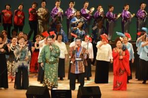 「島のブルース」を歌う中島さん(前列右から2人目)と出演者=29日、奄美文化センター