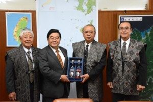 龍郷町の竹田町長(右から2人目)を表敬訪問した戎総領事(同3人目)=16日、町役場