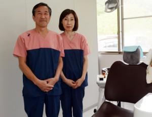 北海道の苫小牧市からこの春、奄美大島に移住してきた歯科医師の清水忠明さん(左)と妻の乃理子さん=11日、奄美市笠利町