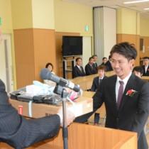 福山校長からノートパソコンを貸与される新入生=13日、奄美市名瀬