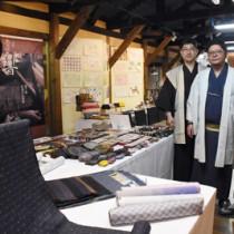 大島紬の魅力を知ってもらおうとイベントを企画した織元のメンバー=3日、鹿児島市