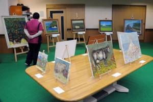 国立療養所奄美和光園で開幕した絵画作品展「ふるさと、奄美に帰る」=4日、奄美市名瀬和光町
