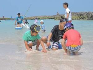 楽しそうに海で遊ぶ子どもら=29日、喜界町スギラビーチ