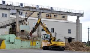 搬入原料が3年連続で8万㌧超となった南栄糖業=25日、和泊町