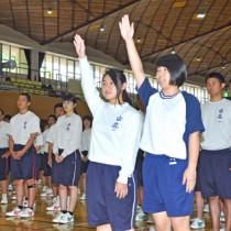古北選戦開会式で選手宣誓する大島北高と古仁屋高の生徒=26日、奄美市名瀬
