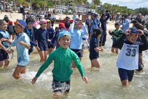 初泳ぎを楽しむ赤木名小の児童ら=18日、奄美市笠利町