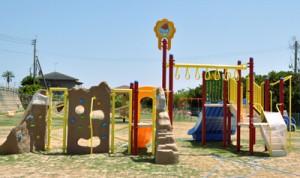 フローラルパークに設置された児童向けの新たな遊具=9日、知名町