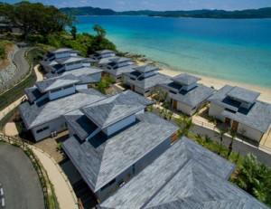 芦徳集落にオープンするリゾートホテル「ネストアット奄美ビーチヴィラ」(上)と、スイートルームの一室=18日、龍郷町