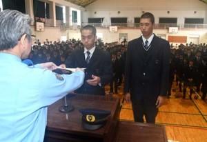原付きバイクの安全利用、盗難防止モデル校の指定書を受け取った太良さんと米谷さん(左から)=11日、徳之島町亀津