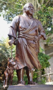 化粧直し後の立像=2018年4月10日、和泊町の南洲神社
