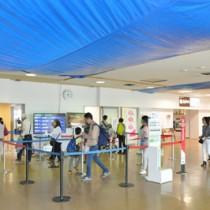 増改築工事が最終段階に入った奄美空港ターミナルビルの出発ロビー=4日、奄美市笠利町