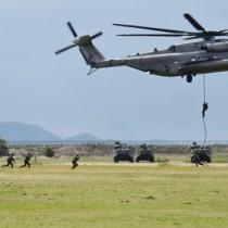 模擬訓練で水陸両用車や米軍機を使って上陸する団員や海兵隊員=7日、長崎県佐世保市の陸自相浦駐屯地