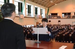 258人の新入生を迎えた大島高校の入学式=9日、同校体育館