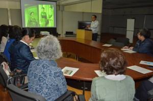 ミニ講座で大島紬の歴史や柄の成り立ちを学ぶ参加者ら=16日、奄美市名瀬浦上