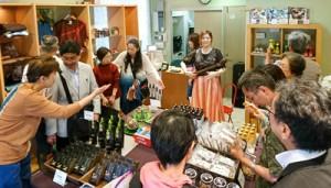 オープン初日、来店者でにぎわうコレゾの店内=22日、東京都豊島区
