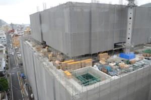 6階部分の施工が進む奄美市役所建設工事=4月25日、同市名瀬幸町