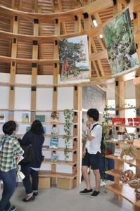 奄美の観光パンフレットや特産品などが並ぶスペース