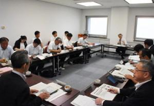 部活動の適正な在り方ついて話し合った検討委員会の初会合=28日、鹿児島市の県庁